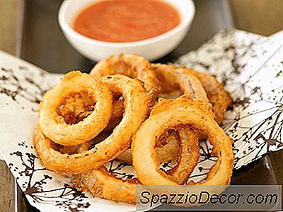 Lichte En Knapperige Tempura-Ui-Ringen Met Pittige Mousserende Ketchup