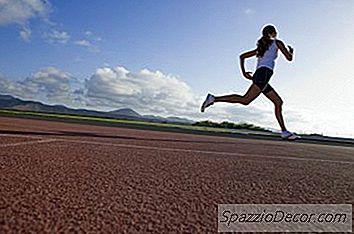 Sprinting Este O Modalitate Optimă De Îmbunătățire A Sănătății Cardiovasculare Și De A Obține Un Corp De Rockin În Același Timp. Antrenamentele Sunt Rapide Și Pline De Satisfacții. Chiar Mai Bine, Sprintul Nu Necesită Niciun Echipament Fantezie - Tot Ce Aveți Nevoie Este Un Spațiu Deschis Și O Pereche De Pantofi De Alergat. Începătorii Ar Trebui Să Înceapă Încet Și Să Construiască Treptat Un Antrenament Sportiv De Mare Putere. Înainte De A Ști Asta, Veți Îmbrăca Pantofii Și Vă Veți Deplasa Spre